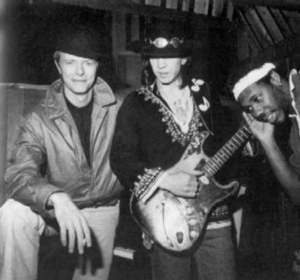 1. David Bowie viu SRV e a Double Trouble se apresentarem no Montreux Jazz Festival em 1984 e convidou eles para gravarem com ele no disco Let´s Dance.